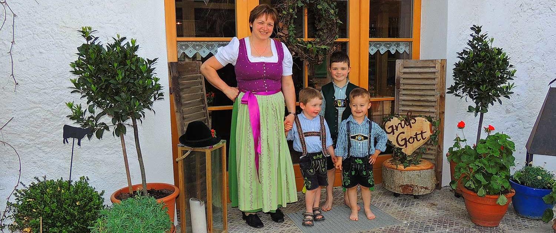 Annemarie Bernwieser mit Kindern