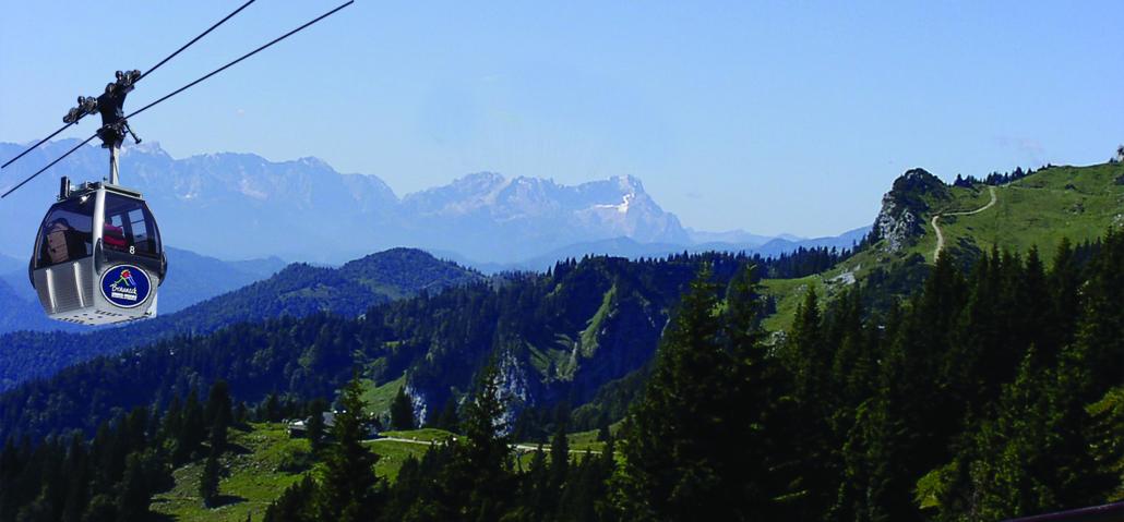 Die Brauneckbergbahn mit der Zugspitze im Hintergrund